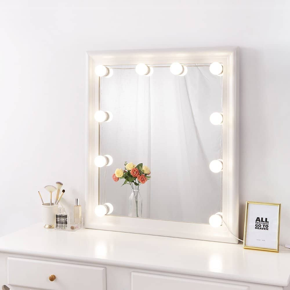 Outdated Decorating Trends: Hollywood mirror lights